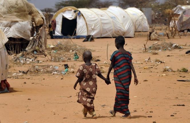 Les sécheresses intenses peuvent occasionner des déplacements de populations massifs. En 2011, le camp de Dadaab, au nord-est du Kenya, a accueilli 380 000 réfugiés somaliens .