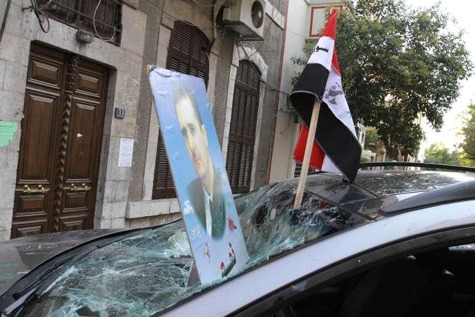 Devant l'ambassade de France à Damas, le 11 juillet.