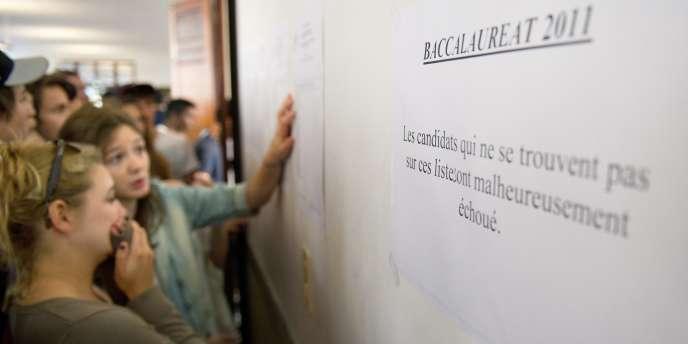 Des élèves découvrent les résultats du baccalauréat, le 5 juillet 2011 au lycée Camille-Sée de Paris.