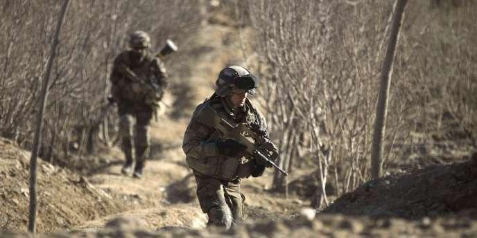 Des soldats du 7e bataillon de chasseurs alpins en patrouille près de leur base de Tagab, dans la région de Kapisa, le 26 juin 2011.