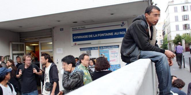 Des migrants tunisiens devant le gymnase de la Fontaine au roi, dans le 11e arrondissement de Paris, le 7 mai 2011.