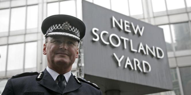 Sir Paul Stephenson devant les bureaux de Scotland Yard à Londres, en 2009.
