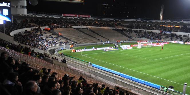 Les clubs siphonnent le contribuable. Alors que les droits TV dépassent 600 millions d'euros par an pour la seule Ligue 1, les clubs ont laissé vieillir les stades. Ici, le stade Chaban-Delmas de Bordeaux.