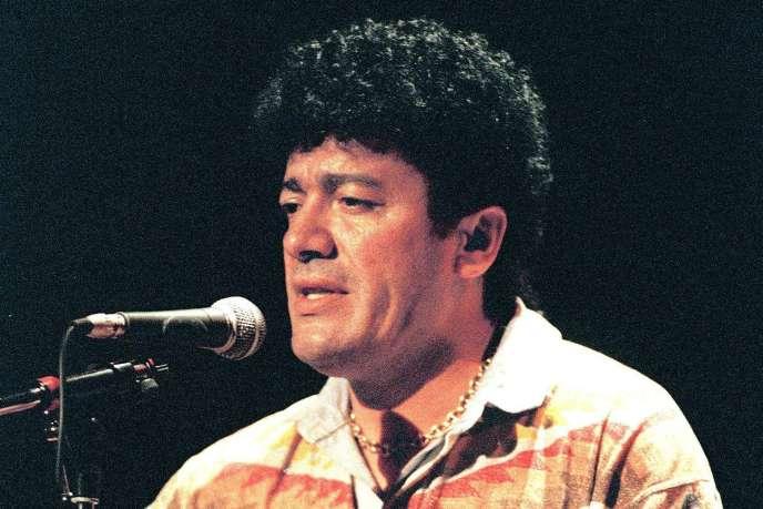 Lounes Matoub lors d'un concert à Rennes, en France, le 30 mai 1995.