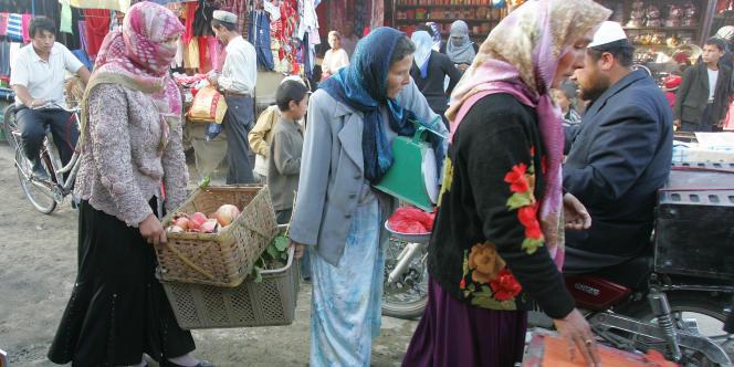 Des femmes ouïgoures, dans la ville d'Hotan, en octobre 2006.