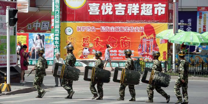 Des membres des forces de sécurité chinoises lors d'une patrouille dans les rues d'Urumqi, dans la région autonome du Xinjiang à majorité ouïgoure, en 2010.