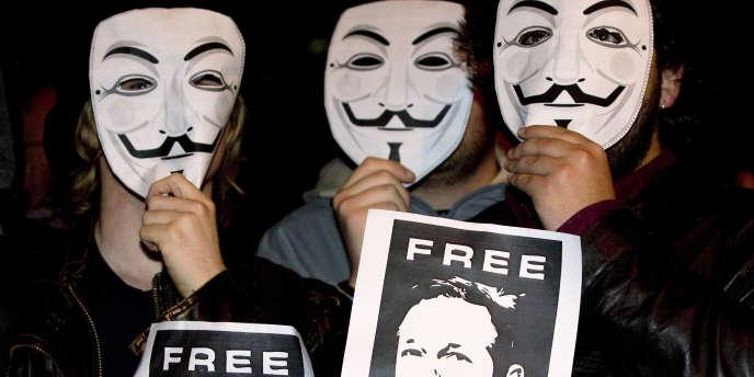 Des soutiens à Julian Assange portent le masque des Anonymous, en décembre, à Madrid.