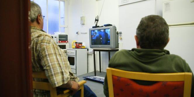 Séance télé au centre d'accueil de SDF, à l'hôpital Saint-Vincent-de-Paul, dans le 14e arrondissement de Paris, le 20 juillet 2011.