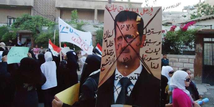 Sur cette photo, prise d'un téléphone mobile et relayée par Shaam News Network, des manifestants protestent contre le régime syrien dans la banlieue de Damas Maadamiya, mardi 19 juillet 2011.