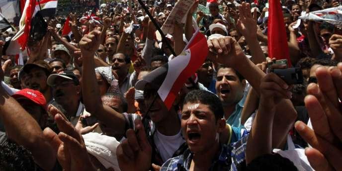 Tandis que les manifestations sont réprimées dans le sang, la communauté internationale demande au gouvernement égyptien d'assurer la transition démocratique.