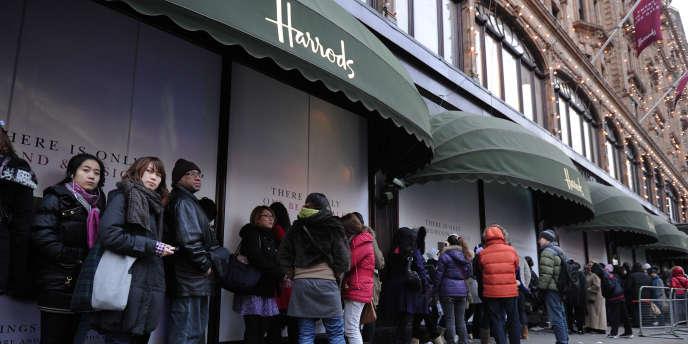 Une file d'attente devant le magasin Harrods à Londres en décembre 2010.
