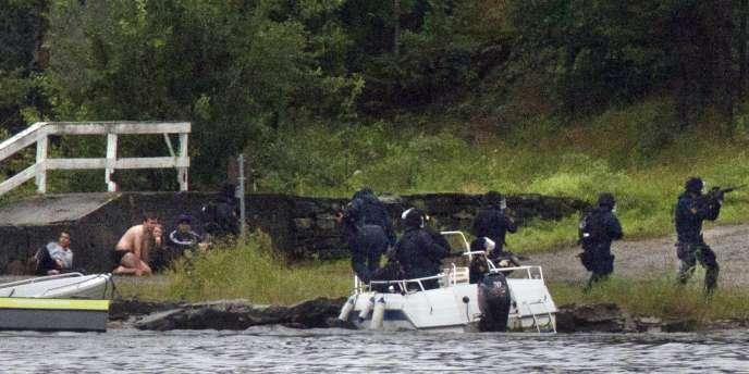 Une équipe de la police arrive sur l'île d'Utoya, en Norvège, le 22 juillet 2011.