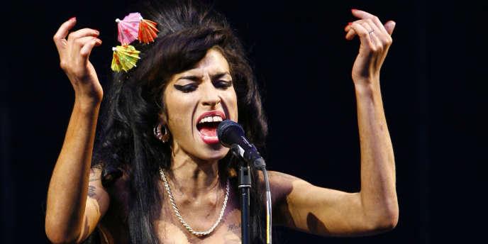 Amy Winehouse en concert au Festival de Glastonbury à Somerset, en juin 2008.