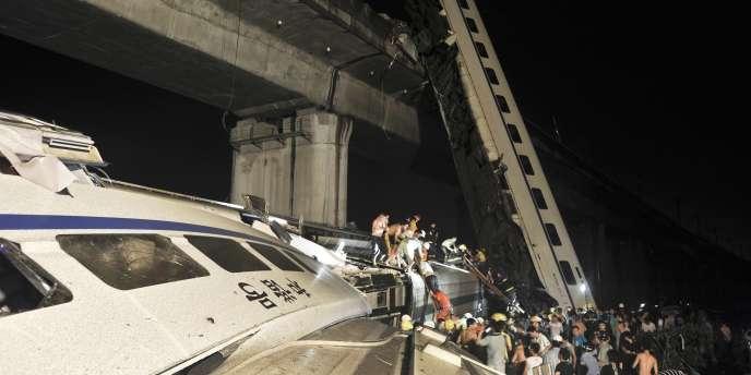 Au moins onze personnes ont été tuées et 89 blessées, samedi, lorsqu'un train a heurté un autre convoi immobilisé par une coupure de courant.