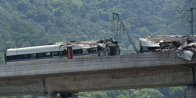 La collision de deux trains à grande vitesse aurait fait 40 morts non loin de la ville de Wenzhou, samedi 23 juillet.