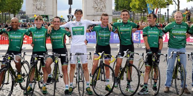Pierre Rolland (en blanc), Thomas Voeckler (à sa droite), et l'équipe Europcar, le 24 juillet 2011 à Paris.