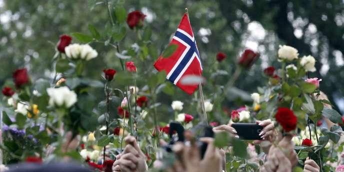 Au moins 100 000 personnes se sont réunies le 25 juillet pour participer à une marche en l'honneur des 76 victimes de la tuerie d'Oslo.