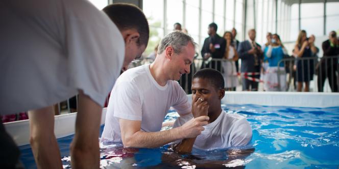 Un baptême lors de l'assemblée annuelle des Témoins de Jéhovah à Villepinte (Seine-Saint-Denis), le 23 juillet 2011.
