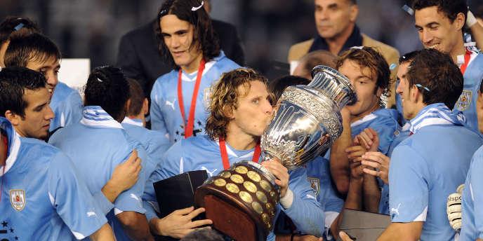 Diego Forlan et ses coéquipiers remportent la Copa America.