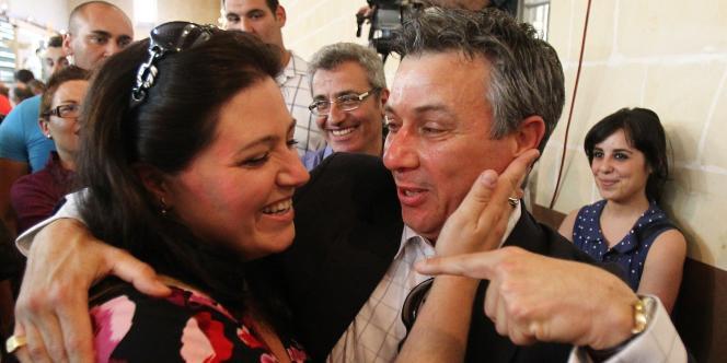 Deux élus maltais fêtent l'autorisation du divorce à Malte.