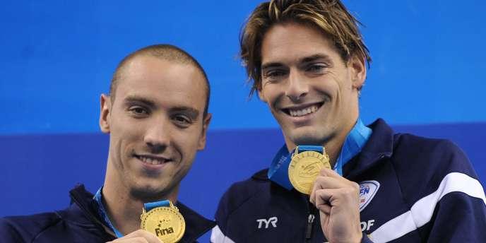 Jérémy Stravius (à gauche) et Camille Lacourt, à deux sur la première marche du podium du 100 m dos des Mondiaux 2011.