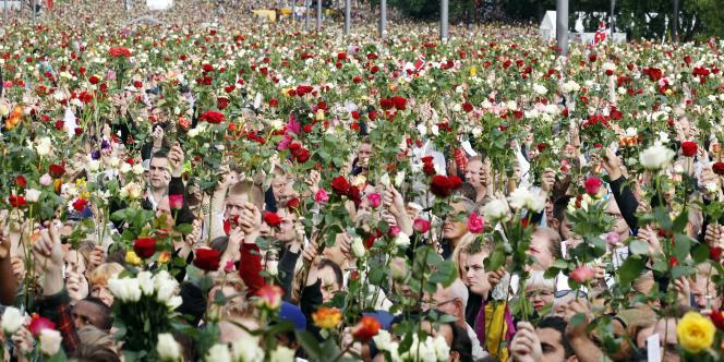 Rassemblement à Oslo devant la mairie pour rendre hommage aux victimes de la double attaque de vendredi.