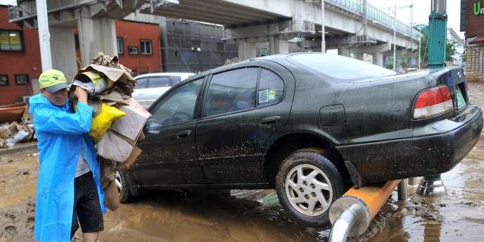 Une voiture déplacée par les eaux, à Dongducheon, à 40 kilomètres au nord de Séoul.