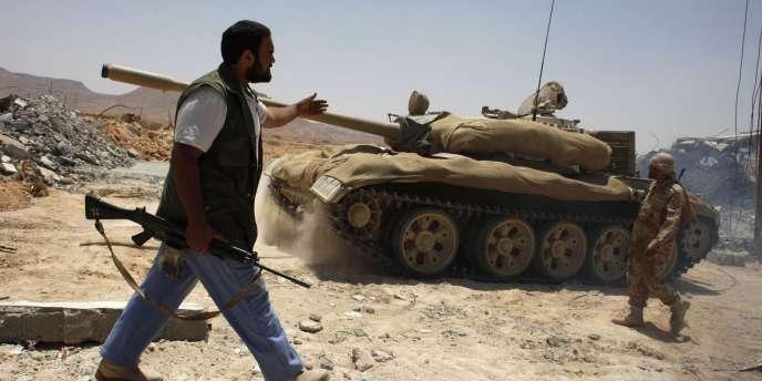 Des insurgés libyens installent un checkpoint près de la ville de Nalut, dans l'ouest de la Libye, vendredi 29 juillet.
