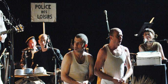 Le groupe Les têtes raides, ici en concert à La Rochelle, en juillet 2007.