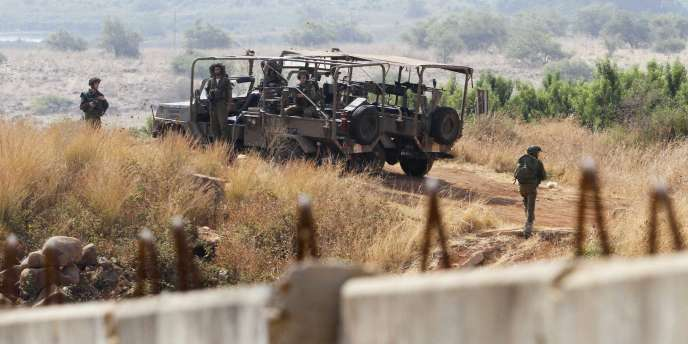 Des soldats israéliens patrouillent le long de la frontière libanaise lundi, près du village de Kfar Yuval.