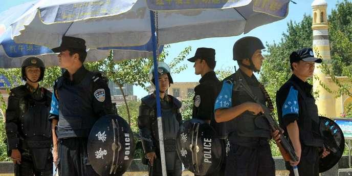 La police patrouille dans le centre de Kachgar, dans le Xinjiang, théâtre, samedi 30 et 31 juillet, d'attaques meurtrières.