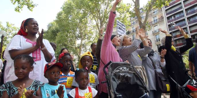 Des familles et des professionnels de l'urgence sociale en grève manifestent à Paris, le 2 août.