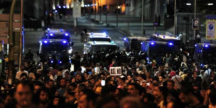 Des cordons de policiers anti-émeutes barraient l'entrée de la Puerta del Sol, à Madrid, mardi 2 août au soir.