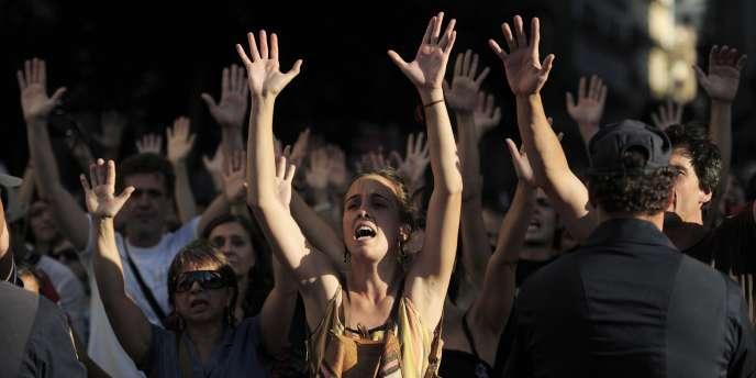 Des manifestants protestent contre la fermeture de la Puerta del Sol, mardi 2 août, par les forces de l'ordre espagnoles.