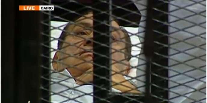 L'ancien président égyptien Hosni Moubarack est arrivé en civière à son procès, au Caire, mercredi 3 août.