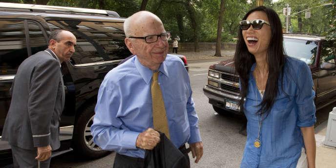 Rupert Murdoch et sa troisième épouse Wendi Deng, devant leur maison de New York, le 20 juillet.