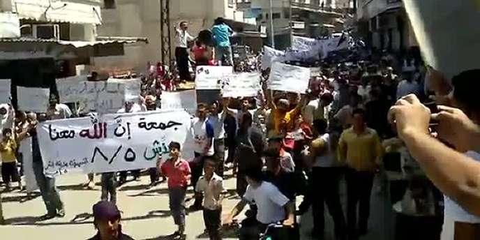 Des civils ont manifesté vendredi 5 août contre le régime d'Al-Assad à Idlib, au nord-ouest du pays.