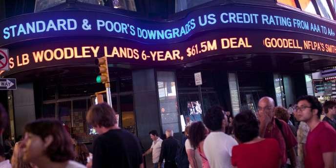 Dès vendredi soir, la décision de Standard & Poor's s'affichait sur les panneaux lumineux de Times Square, à New York.