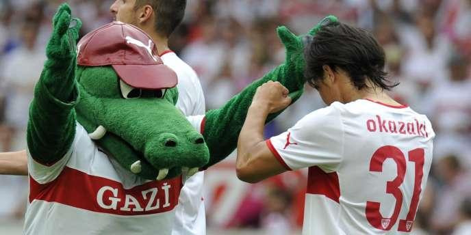 Le FC Stuttgart de Shinji Okazaki commence bien sa saison, ce qui enchante la mascotte du club (à gauche).