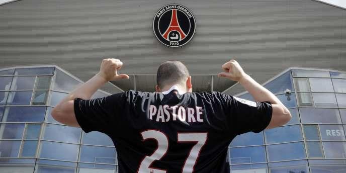 Un supporter parisien avec le maillot du numéro 27, Javier Pastore.