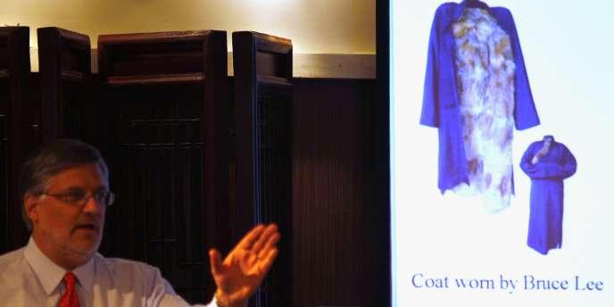 Un Un homme enchérit pour acquérir le manteau de fourrure porté par Bruce Lee dans son dernier film,