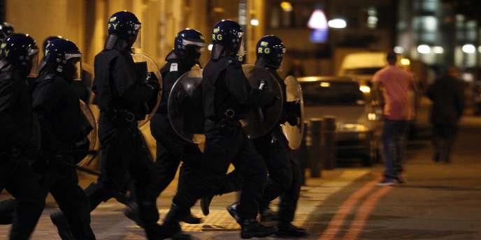 La police intervient dans une rue de Tottenham, au nord de Londres, le 7 août 2011.