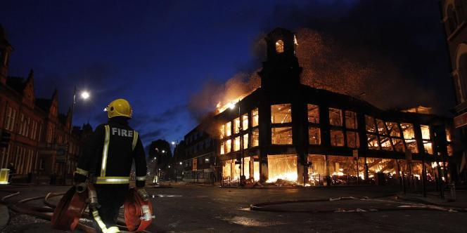 Le magasin Carpetright, détruit dans les émeutes.