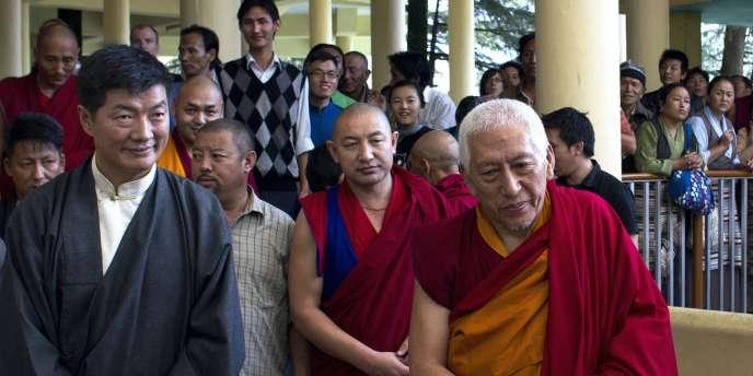 Lobsang Sangay (à gauche), juriste de 43 ans, a prêté serment en tant que nouveau premier ministre du gouvernement tibétain en exil.