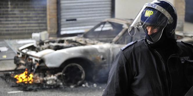 Un policier dans le quartier de Hackney, lundi.