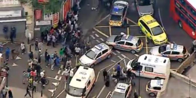 La BBC a filmé un groupe de jeunes attaquant des voitures de police, en fin d'après-midi dans le quartier de Hackney, à l'est de Londres.
