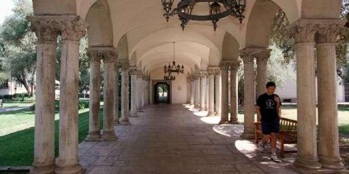 Un étudiant marche sur le campus de l'université Caltech, à Pasadena, en Californie.