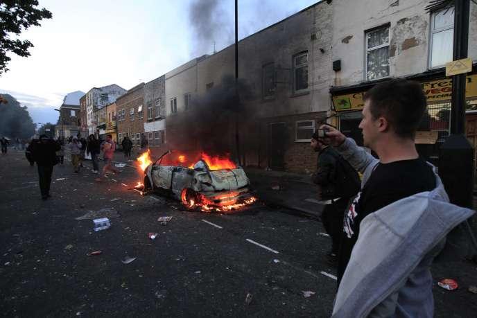 Les émeutes qui ont touché ce week-end plusieurs quartiers de Londres se sont poursuivies dans la nuit de lundi à mardi.