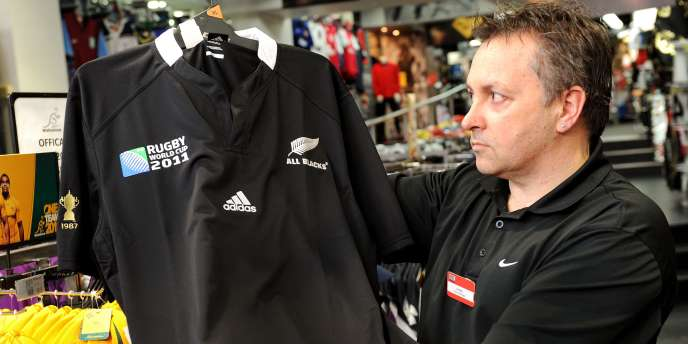 Daniel Hromin, manager d'un magasin Rebel Sports, avec un maillot des All Blacks.