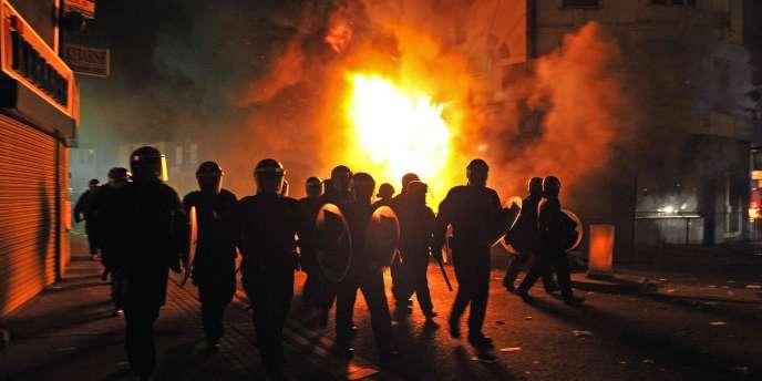 Des forces de police dans le quartier de Croydon, le 8 août à Londres.